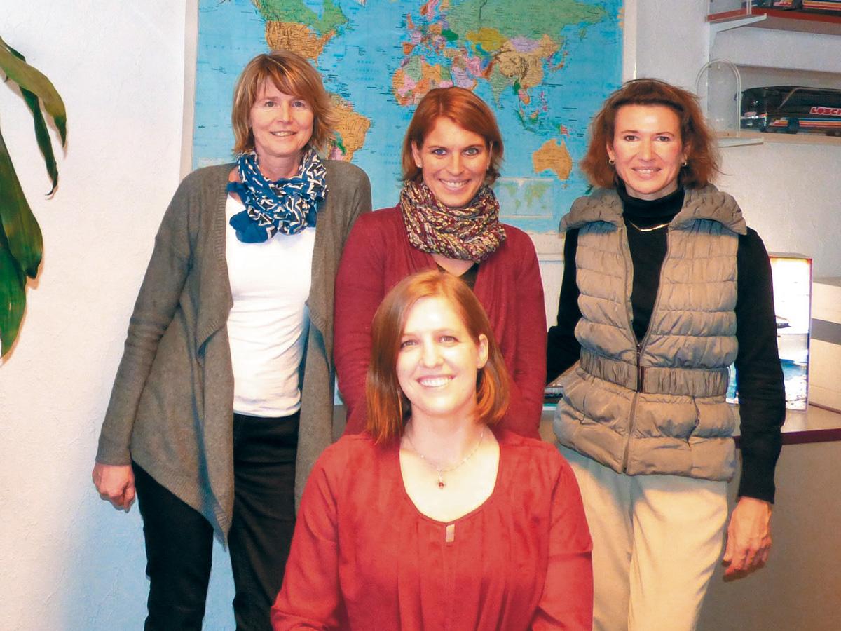 von links nach rechts: Anja Logé - Reisebüroinhaberin, Cornelia Herbold, Michaela Maier, vorne: Rebecca Schöfer
